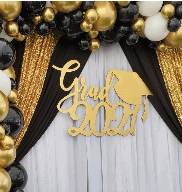 A golden and black theme balloon 2021 grad decorations